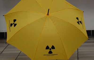 Die gelben Schirme prägen zurzeit das Aachener Stadtbild - sie sollen auf die Gefahr des radioktiven Niederschlags hinweisen